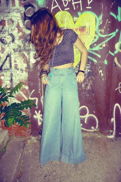 Vintage flared jeans. Photo via chictopia.com